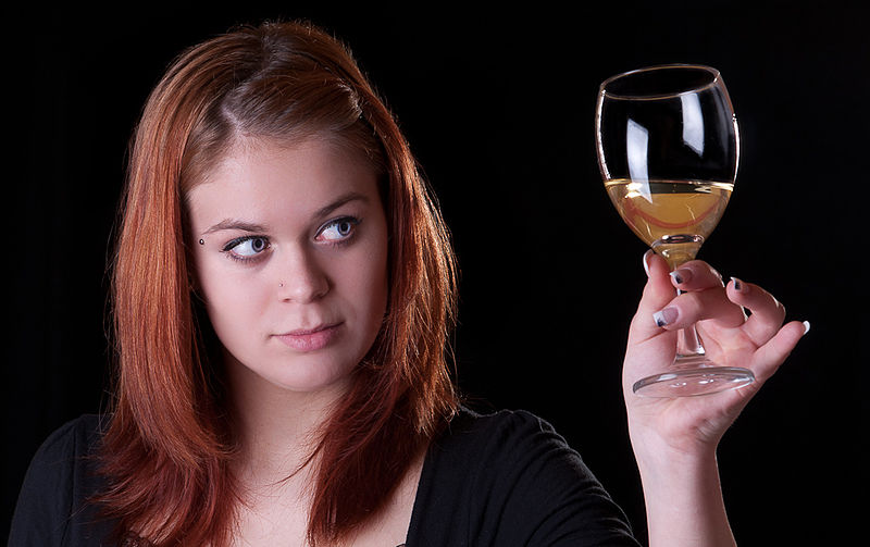 Girl_with_a_glass_of_wine_By_Multimotyl_[CC-BY-SA-3.0_(http_creativecommons.org_licenses_by-sa_3.0)]_via_Wikimedia_Commons